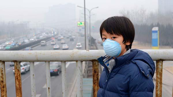 niño mascarilla contaminación