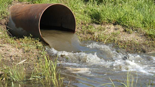 desembocadura aguas urbanas en río