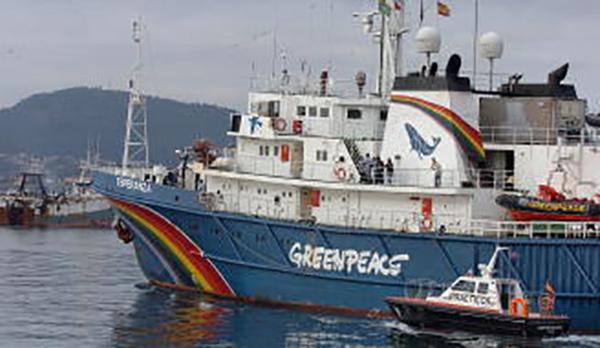 barco Greenpeace puerto de Vigo
