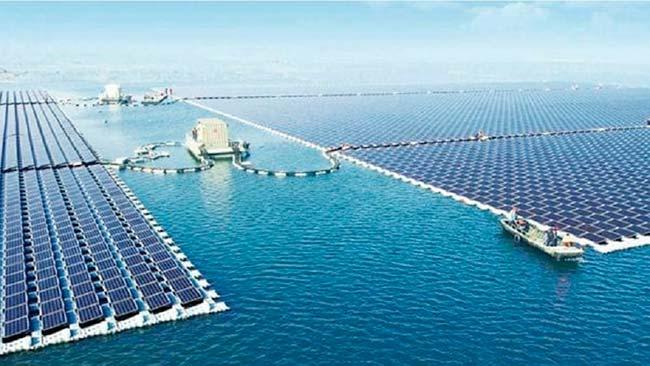 plantas solares flotantes en agua