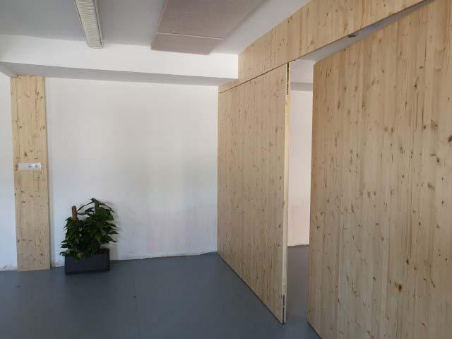 maderas de abeto Escola Decroly y maceta planta