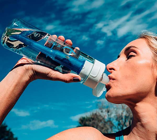 beber agua de botella filtradora KOR Plus