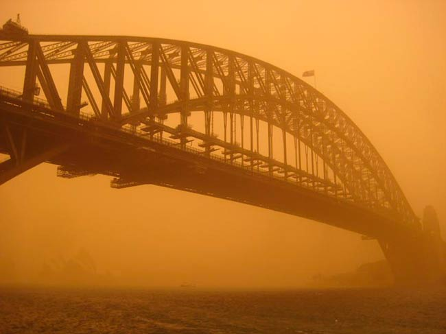 Tormenta de polvo en ciudad con mar