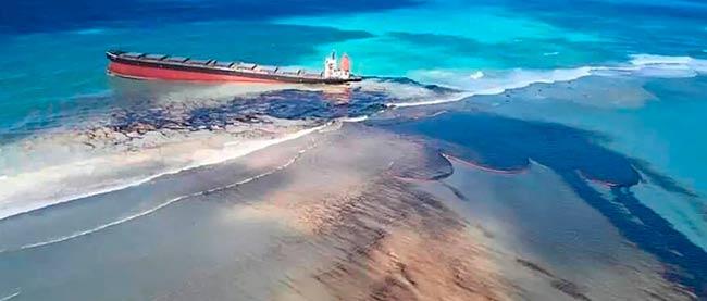 buque vertido de petroleo en isla Mauricio